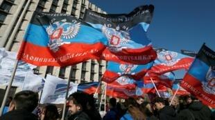 24 апреля Владимир Путин подписал указ, упрощающий предоставление гражданства РФ жителям отдельных районов самопровозглашенных ДНР и ЛНР