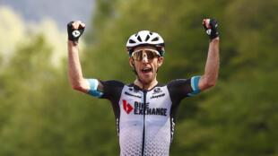 El corredor del Team BikeExchange, el británico Simon Yates, celebra al cruzar la línea de meta para ganar la 19a etapa de la carrera ciclista Giro de Italia 2021, a 166 km entre Abbiategrasso y Alpe di Mera, el 28 de mayo de 2021.