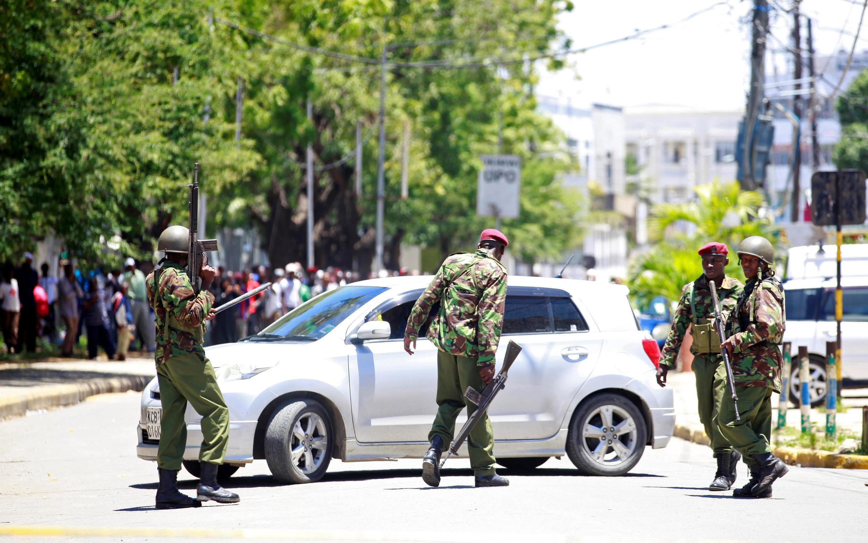 Les forces de l'ordre se déploient près du commissariat de Mombasa après l'attaque terroriste présumée et déjouée, le 11 septembre 2016.