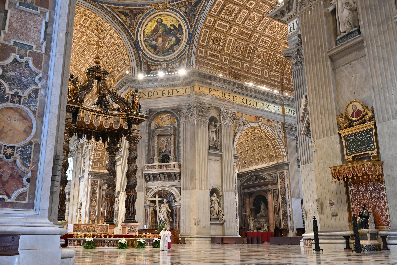 Папа римский Франциск обратился с традиционным пасхальным посланием Urbi et orbi из почти пустого собора Святого Петра, 12 апреля 2020 г.