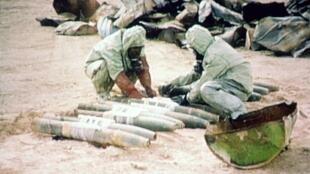Des membres d'une équipe de l'ONU détruisent un stock de gaz moutarde le 24 novembre 1992 au nord-ouest de Bagdad.