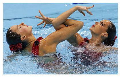 Las nadadoras españolas Ona Carbonell y Andrea Fuentes durante la prueba.