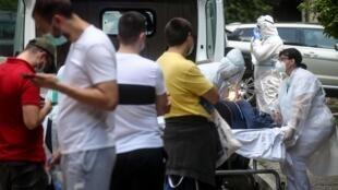 Le personnel médical accueille un malade du Covid-19 à la Clinique des maladies infectieuses et tropicales de Belgrade, le 24 juin 2020