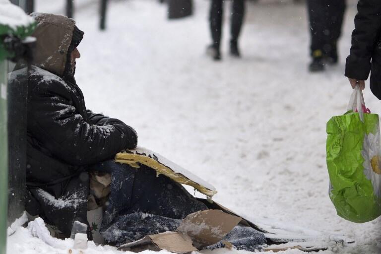 Cảnh một người vô gia cư trên đường phố Paris, Pháp, mùa đông năm nay
