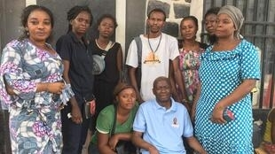 La famille de Rossy Mukendi, ici aux abords de l'avenue de l'Hôtel de ville de Kinshasa après s'être rendue à la morgue, le 7 avril 2018.