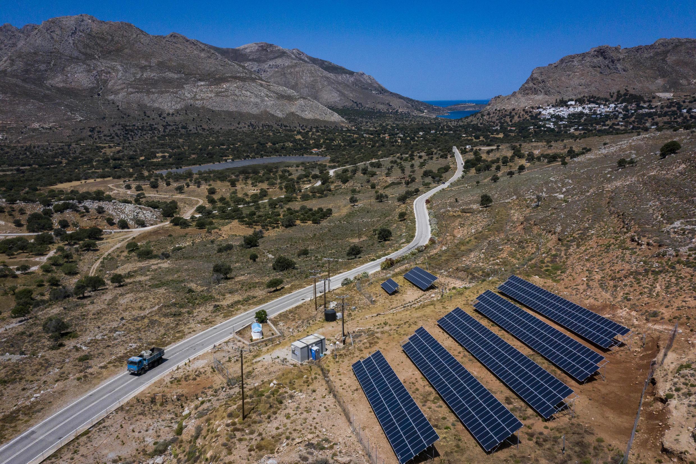 Paneles solares en la isla de Tilos, en Grecia, el 22 de junio de 2021