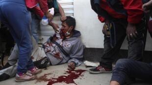 Un herido es ayudado por manifestantes durante los enfrentamientos cerca de la planta de Senkata en El Alto, en las afueras de La Paz, el 19 de noviembre de 2019.