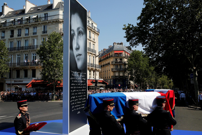 Les deux cercueils place Edmond Rostand avant leur arrivée rue Soufflot.
