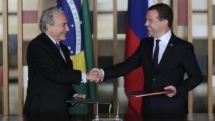 O primeiro-ministro da Rússia, Dmitri Medvedev, à direita, foi recebido pelo vice-presidente Michel Temer.