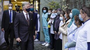 El rey Philippe de Bélgica (izq) y la alcaldesa de Molenbeek Saint-Jean Catherine Moureaux (dcha) visitan un centro de salud a las afueras de Bruselas, Bélgica, el 28 de octubre de 2020