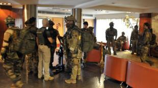 Les forces spéciales maliennes, ce 20 novembre, interviennent à l'hôtel Radisson de Bamako au Mali.