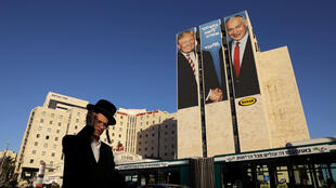Benyamin Netanyahu s'affiche aux côtés de Donald Trump dans sa campagne d'affichage pour les élections législatives, le 4 février 2019 à Jérusalem.