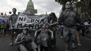 Activistas protestan contra la violencia de género en en Buenos Aires el 9 de marzo de 2020