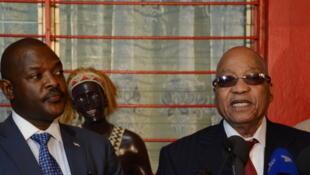 Le président burundais Pierre Nkurunziza (G) et le président sud-africain Jacob Zuma (D) lors d'un discours en clôture de la visite de la délégation de l'UA, le 27 février.