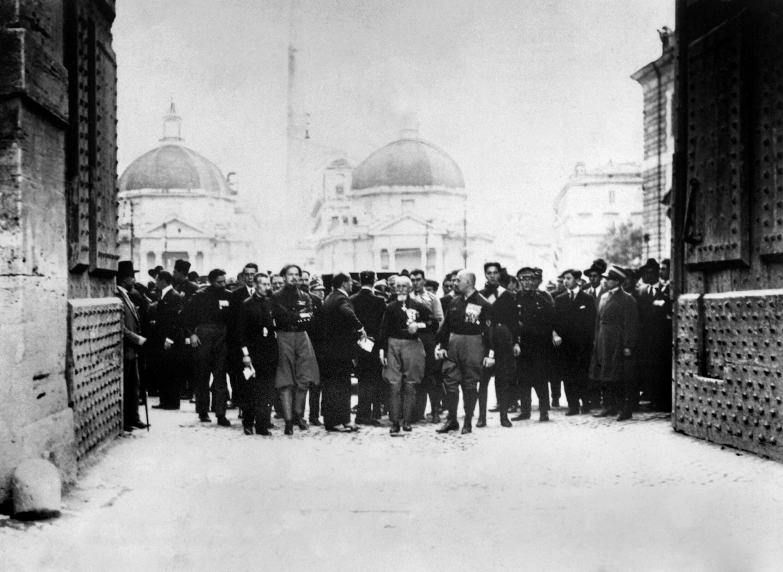 Mussolini et les «chemises noires», en octobre 1922.
