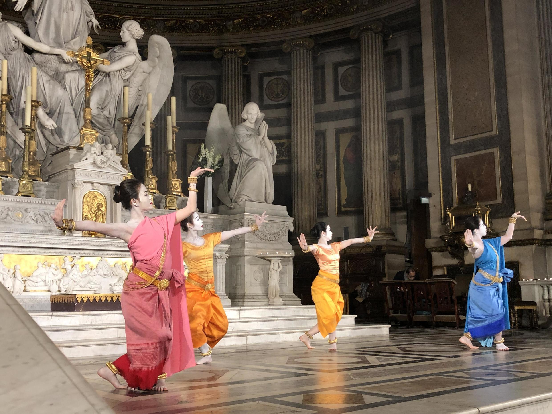 Danseuses de Ballet royal khmer en France