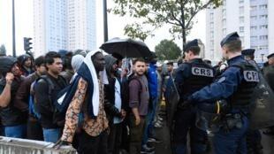 """As autoridades francesas evacuaram """"vários acampamentos"""" em Paris."""