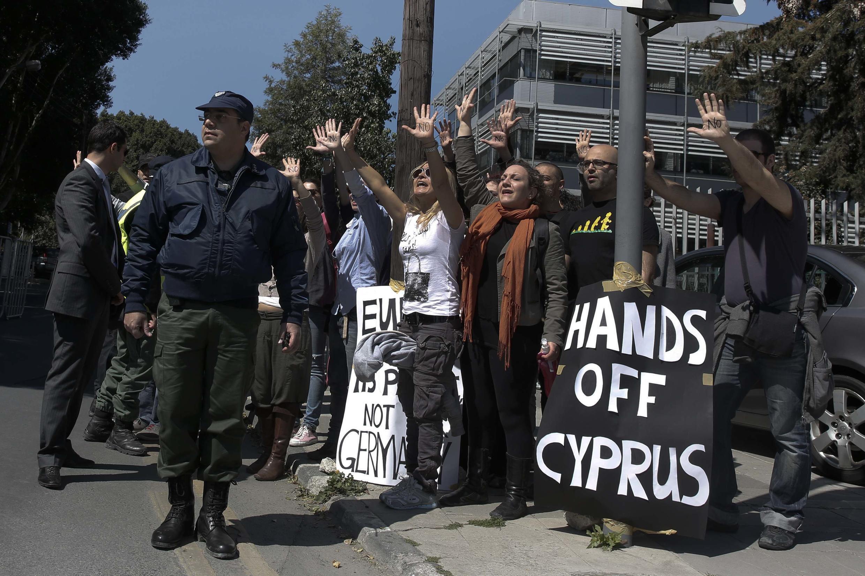 Manifestants en colère dans les rues de Nicosie à Chypre au passage du convoi du président Nicos Anastasiades vers le Parlement, le 18 mars.