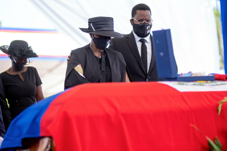La femme du président haïtien assassiné, Martine Moïse, se recueille devant le cercueil de son époux, le vendredi 23 juillet 2021.