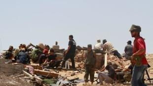 利比亞反政府武裝在首都的黎波里以南150公里處2011年7月2日