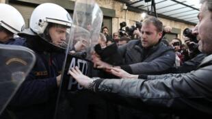 Los agricultores manifiestan su descontento por un nuevo impuesto, frente al Parlamento en Atenas, el 20 de diciembre de 2013.