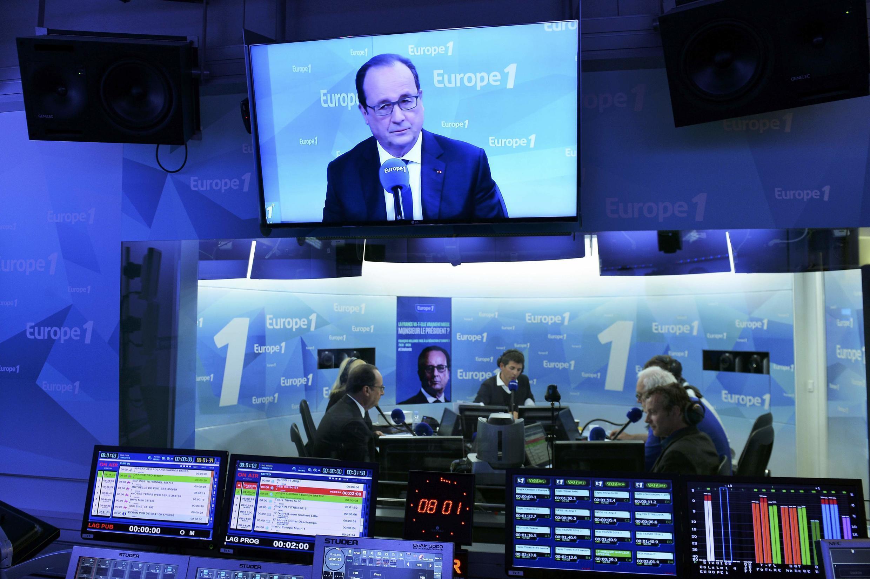 O presidente François Hollande, nos estúdios da radio Europe 1, 17 Maio em Paris.