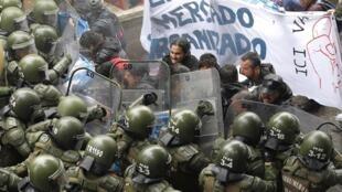 Des étudiants affrontent la police pendant une manifestation contre le gouvernement, pour demander des changements dans la politique d'éducation, à Valparaiso, au Chili.