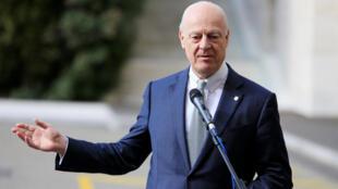 کنفرانس خبری استفان دو میستورا، نماینده ویژه سازمان ملل در امور سوریه، بیرون از دفتر سازمان ملل متحد در ژنو، در چهارمین دور گفتگوهای صلح سوریه. پنجشنبه ٢٣ فوریه ٢٠۱٧