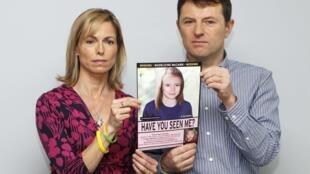 """Kate e Gerry McCann, os pais de Maddie, criança de 4 anos desaparecida em Portugal em 2007, mostram uma fotografia da criança """"envelhecida"""" para facilitar as buscas  A polícia alemã afirma investigar um suspeito, um alemão pedófilo de 43 anos, que está preso por outro caso."""