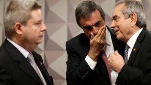 O relator da comissão de impeachment no Senado, Antonio Anastasia, o advogado da presidente Dilma, José Eduardo Cardozo, e o presidente da comissão, senador Raimundo Lira, em Brasília, no dia 6 de julho de 2016.