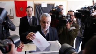 O secretário-geral do partido islâmico Justiça e Desenvolvimento, Abdelillah Benkirane, favorito para ocupar o cargo de primeiro-ministro vota em Rabat.