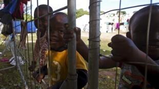 Crianças a brincar no campo de Chatsworth, na África do Sul