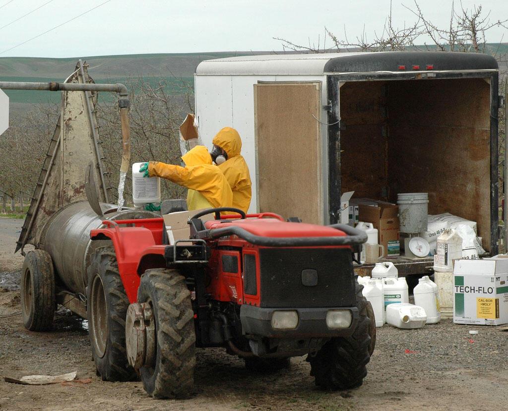 Chargement de pesticides avant épandage.