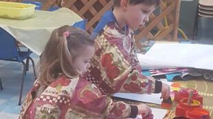 在布列塔尼菲尼斯太尔省Plougasnou市的一家托儿所,正在学习的孩子。