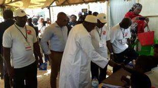 O Presidente gambiano Adama Barrow votou em Banjul, a capital.