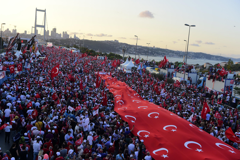 Un an après le putsch raté, des milliers d'habitants d'Istanbul se sont rendus le 15 juillet 2017 sur le pont qui enjambe le Bosphore, rebaptisé «pont des Martyrs du 15-Juillet».