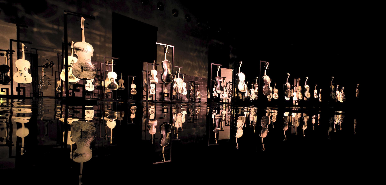 « Polyphonie » (détail), installation de 30 œuvres de peintures expérimentales à l'encre de Li Chevalier au musée d'art contemporain à Rome.