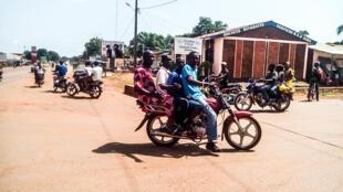 Un taxi-moto dans une rue de Bangui.