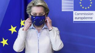 Ursula von der Leyen se quita la mascarilla en un acto público el 5 de mayo de 2021 en Bruselas