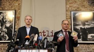 Le fondateur de WikiLeaks, Julian Assange.(g) et le banquier suisse Rudolf Elmer avec les deux CD censés contenir des informations compromettantes à Londres, le 17 janvier 2011.