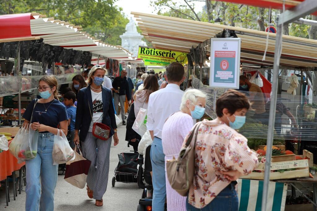 Des passants masqués sur un marché parisien le 27 août 2020 (image d'illustration).