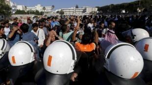 La police anti-émeute grecque face à des milliers de migrants dans le stade de Kos, le 11 août 2015.