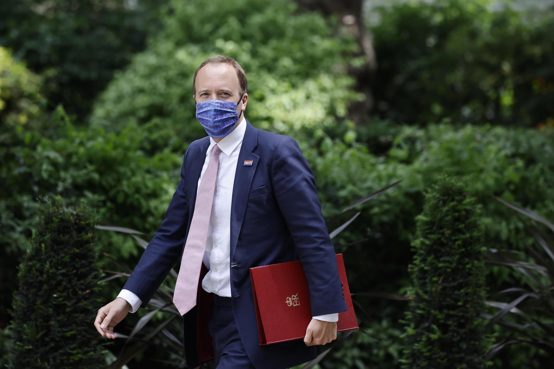 En esta foto de archivo tomada el 15 de junio de 2021 el secretario de Sanidad británico, Matt Hancock, a su llegada a Downing Street, en el centro de Londres, el 15 de junio de 2021