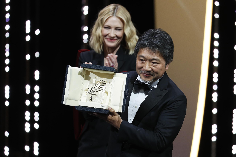 O realizador japonês Hirokazu Kore-eda com a Palma de Ouro 2018 para «Shoplifters» (Manbiki kazoku, ou Assunto de família) com Cate Blanchett, presidente do júri do 71° Festival de Cannes.