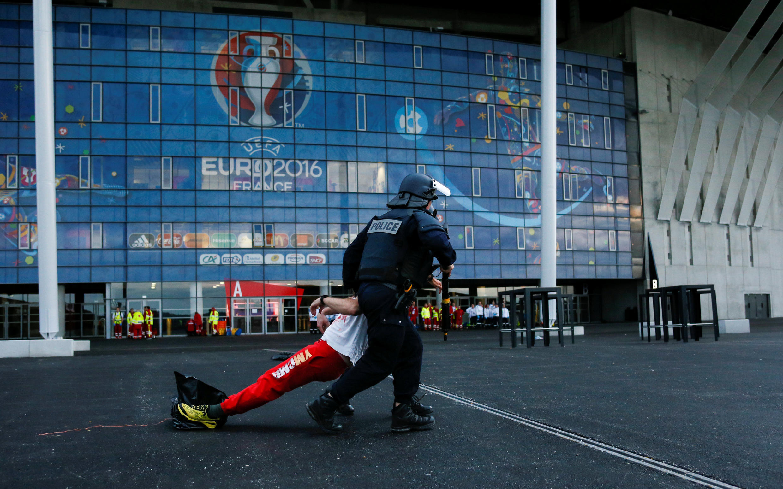 Cảnh sát Pháp thao dợt giả định một tình huống khủng bố tấn công  bằng khí độc.