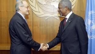 Jean-Marc de La Sablière (g) et Kofi Annan.