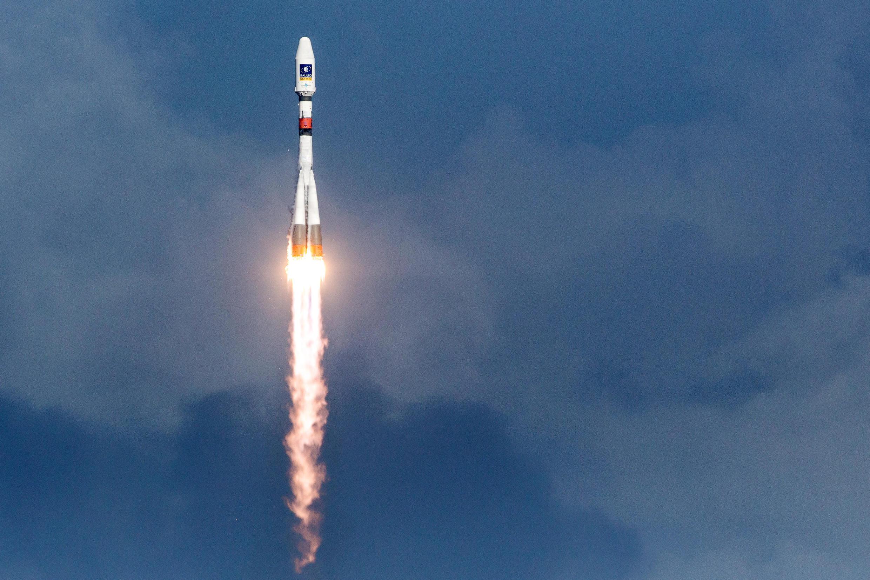 Une photo prise le 17 décembre 2015 montre une fusée Soyouz en train de décoller du centre spatial européen de Kourou, en Guyane française.