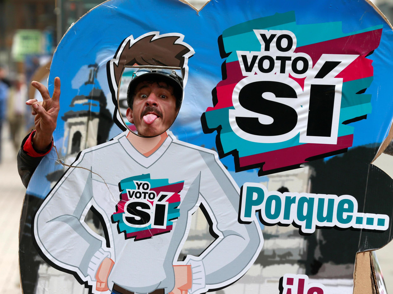 """Homem posa para foto a favor do """"sim"""" em Bogotá, capital da Colômbia."""