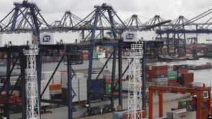 图为 香港和记国际集装箱港口(2013年8月7日)