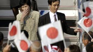 Yukiko Okudo và Kaoru Hasuike, hai công dân Nhật bị bắt cóc trở về Tokyo 10/2002 - REUTERS /Kimimasa Mayama